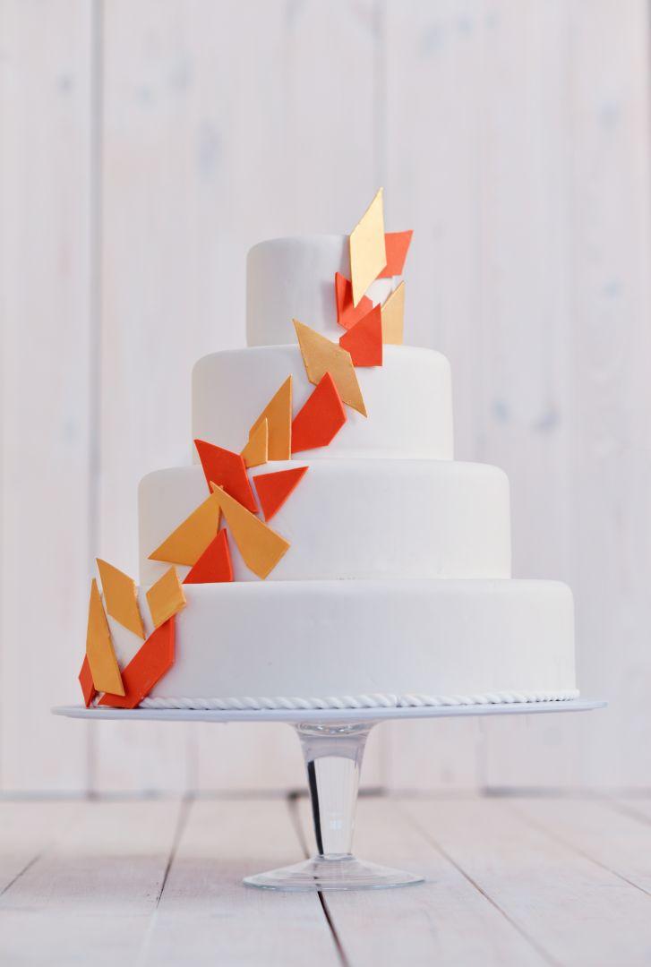 Tort weselny z geometrycznym zdobieniem
